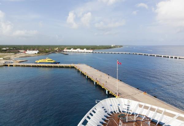 Mexiko möchte mehr sein als ein Reiseziel von Kreuzfahrtschiffen. Wo diese einlaufen, wie hier in Cozumel, haben auch Containerschiffe Platz.