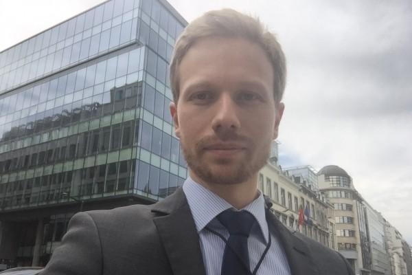 Joscha Ritz vor dem BDI-Gebäude im Herzen von Brüssel