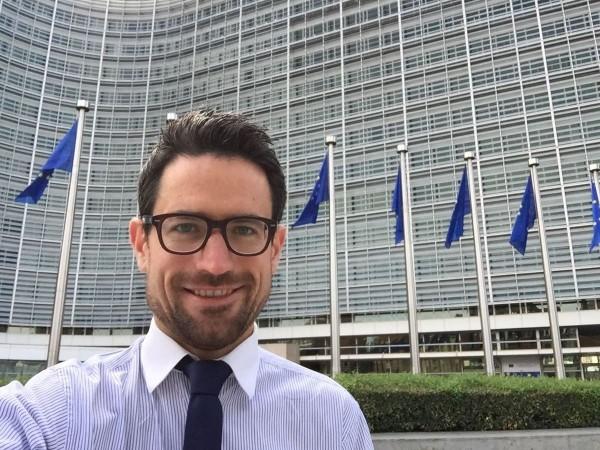 BDI-Ökonom Wolfgang Eichert vor dem Berlaymont-Gebäude der Europäischen Kommission
