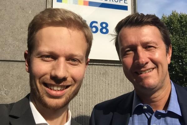 Joscha Ritz, Referent beim BDI, mit seinem BusinessEurope-Kollegen Christian Feustel vor dem BusinessEurope-Gebäude in Brüssel