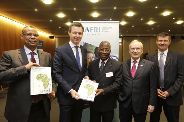 Launch des diesjährigen African Economic Outlook 2016 in Deutschland. v.l.n.r. Abebe Shimeles (AfDB), Staatssekretär Thomas Silberhorn (BMZ), S. E. Léon H. Adom-Kacou (Vertreter der afrikanischen Botschaft), Heinz-Walter Große (SAFRI-Vorsitzender), Henri-Bernard Solignac-Lecomte (OECD)