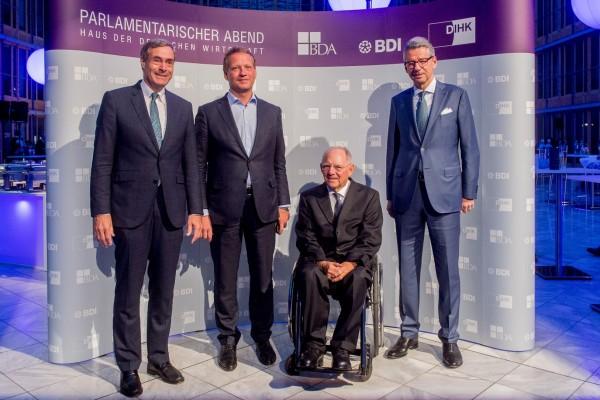 Bundesfinanzminister Wolfgang Schäuble im Kreis der Präsidenten Ingo Kramer (BDA), Eric Schweitzer (DIHK) und Ulrich Grillo (BDI)