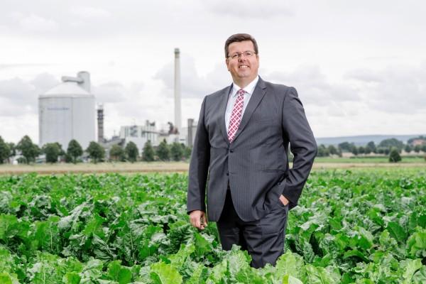 Ralf Brunkow, Vorsitzender des BDI-Ausschusses für Unternehmensfinanzierung und Finanzmärkte, im Zuckerrübenfeld – bei Nordzucker ist er der Finanzierungsfachmann