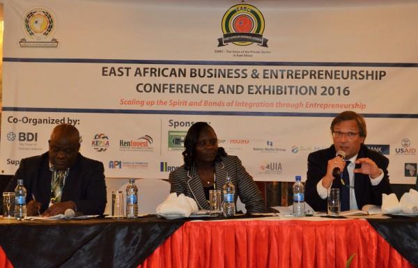 Stefan Mair, Mitglied der BDI-Hauptgeschäftsführung, auf dem Panel neben EABC-Geschäftsführerin Lilian Awinja