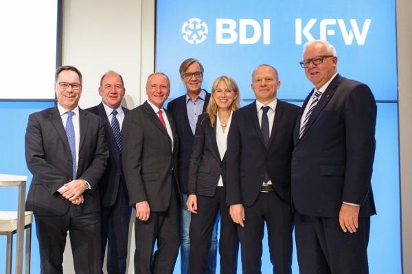 Holger Lösch (Mitglied der BDI-Hauptgeschäftsführung) und Hans-Toni Junius (Vorsitzender des BDI/BDA-Mittelstandsausschusses) mit Bernd Westphal MdB (SPD), Fraktionschef Dietmar Bartsch (DIE LINKE), Ingrid Hengster (Vorstand KfW), Klaus Stratmann (Handelsblatt) und CDU-Fraktionsvize Michael Fuchs. (vl.)