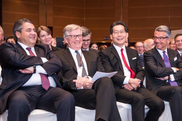 Bundeswirtschaftsminister Sigmar Gabriel, APA-Vorsitzender Hubert Lienhard, Hongkongs Wirtschafts- und Handelsminister Greg So und BDI-Präsident Ulrich Grillo (v.l.n.r.)
