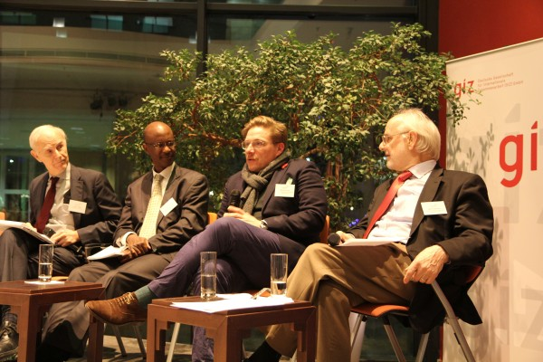Expertenpanel: Louis T. Wells, Harvard Business School, Stephen Karangizi, African Legal Support Facility, Marius Baader, Verband der Automobilindustrie, und Moderator Karl P. Sauvant, Columbia Center on Sustainable Investment (von links nach rechts)