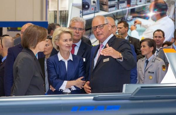 Claus Günther im Gespräch mit Bundesverteidigungsministerin Ursula von der Leyen