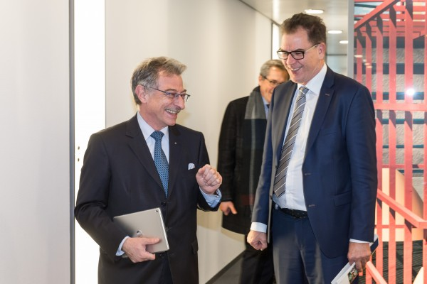 Bundesminister Gerd Müller und BDI-Präsident Dieter Kempf im regen Austausch zum Thema Entwicklungspolitik