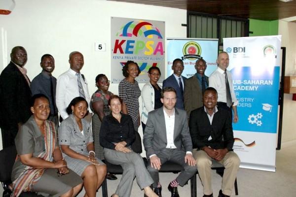 Die Teilnehmerinnen und Teilnehmer vom EABC mit Alexander Mihm, Stellvertretender Abteilungsleiter der BDI-Pressabteilung, beim BDI-Presseworkshop in Nairobi.