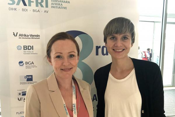 Eva Gauß und Lara Petersen, BDI (v.l.) auf dem Deutsch-Afrikanischen Wirtschaftsgipfel in Accra, Ghana