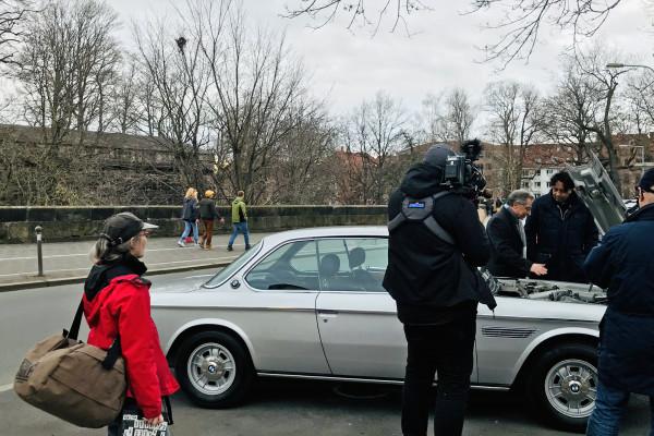 BDI-Präsident Dieter Kempf und ZDF-Moderator Cherno Jobatey neben dem BMW-Oldtimer
