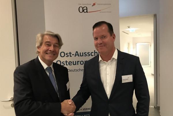 Stabwechsel in Stuttgart: Wolfgang Büchele (li.) übergibt das Amt des OAOEV-Vorsitzenden an Oliver Hermes.