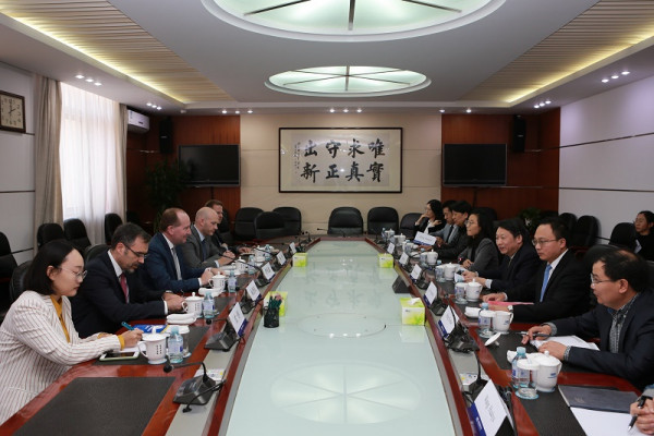 Mit Vize-Minister Long Guoqiang vom Thinktank des Staatsrates tauschte sich Joachim Lang (3.v.l.) zu Fragen des internationalen Handels, der WTO, Investitionen und 5G aus.